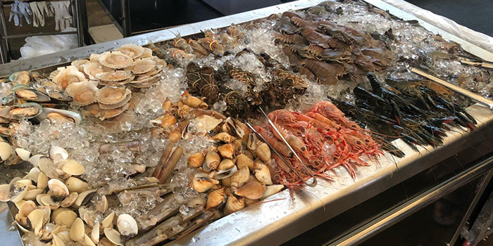 Fresh Seafood on Ice from The Three Peacocks in Telok Blangah, Singapore