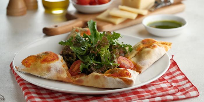Pizza Calzone e Bianco at Bianco Sapori D