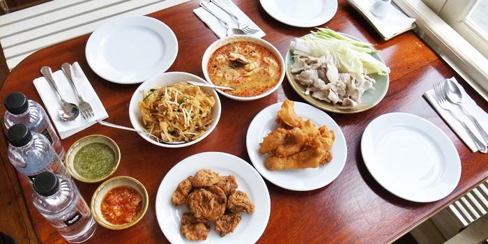 Selection of Food from Song Fang Klong at 11/6 Samphraya Road Wat Samphraya, Pranakorn Bangkok